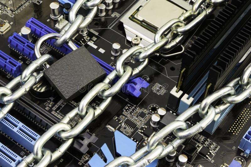 Cenzura, ograniczenia i ograniczenia na internecie, pojęcie, płyta główna w łańcuchach pod kędziorkiem i klucz, fotografia stock