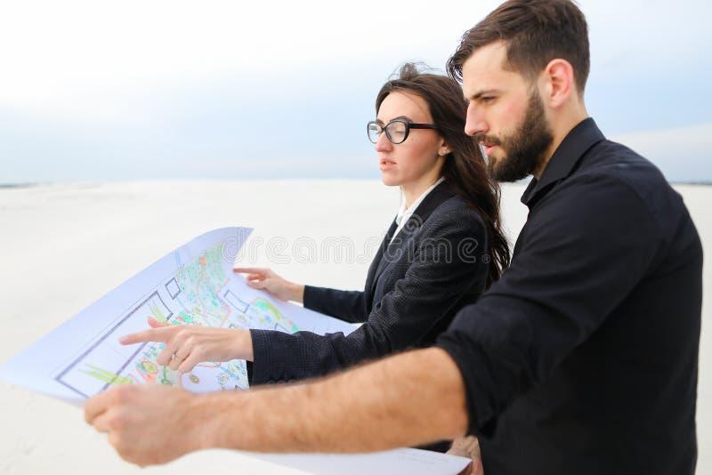 CEO男性和风力pla首席财务官女性谈论的项目  免版税库存照片