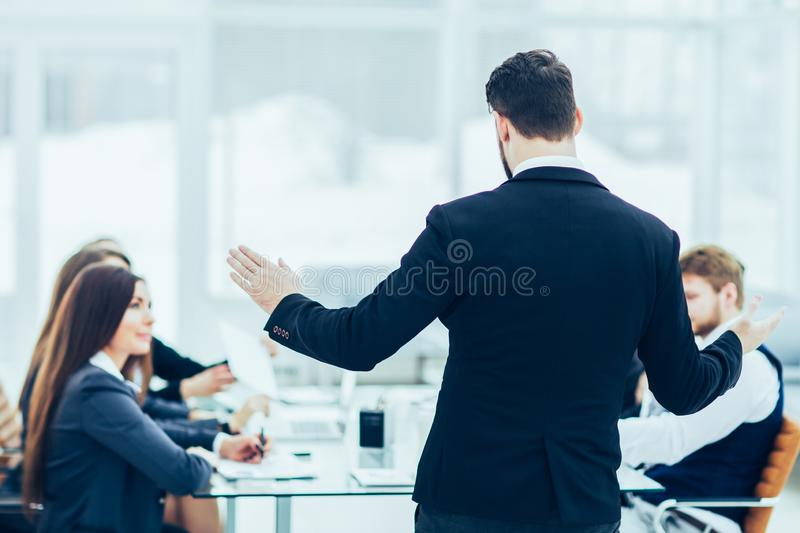 CEO讲话在车间企业队在一个现代办公室 库存照片
