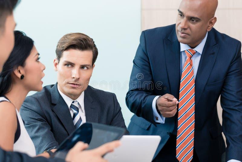 CEO που εξηγεί το όραμά του στην επιχειρησιακή συνεδρίαση στοκ εικόνες