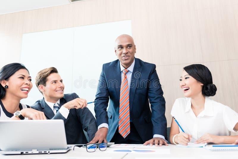 CEO che spiega la sua visione nella riunione d'affari fotografia stock