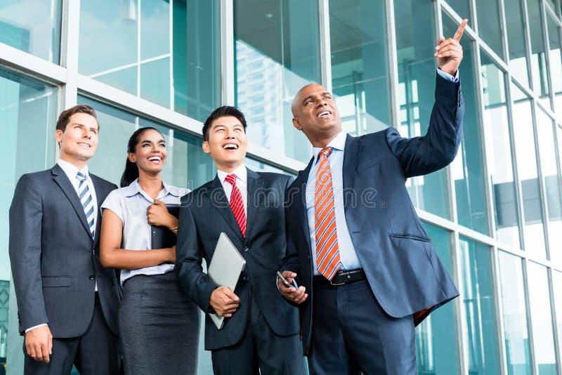 CEO com a equipe que explica sua visão da liderança foto de stock