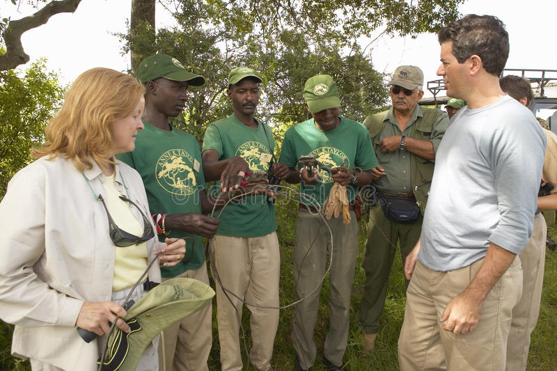 CEO de Wayne Pacelle da sociedade humana do Estados Unidos que verifica quelaça a patrulha no parque nacional de Tsavo, Kenya, Áf imagem de stock royalty free