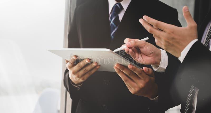 CEO dyskutuje zagadnienia z pracownikiem obraz stock