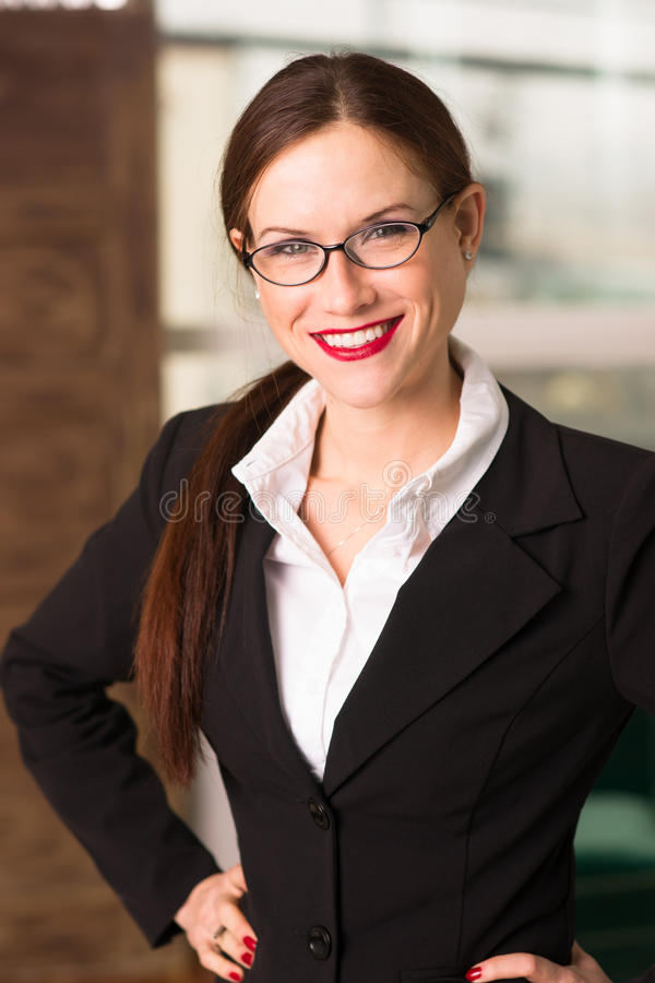 CEO femenino moreno atractivo Office Workplace de la mujer de negocios imagenes de archivo