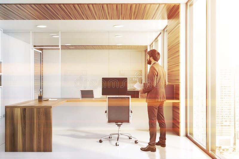 CEO met documenten in wit en houten bureau stock foto's
