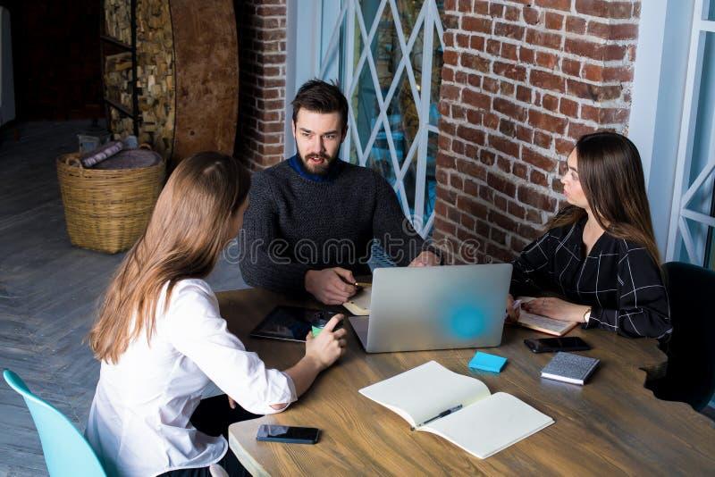 CEO que tiene entrevista con los nuevos empleados que se sientan en oficina foto de archivo libre de regalías