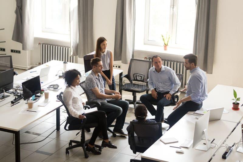 CEO sério que fala na reunião de grupo incorporada, tutoria, parte superior imagem de stock royalty free