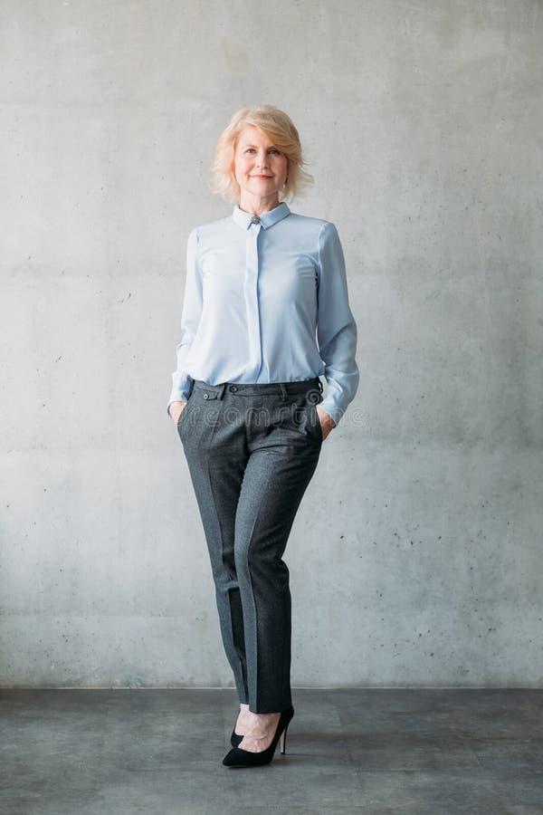 CEO sûr d'affaires de dame de poches supérieures de mains photos stock