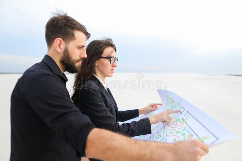 CEO samiec i CFO żeński dyskutuje projekt sił wiatru śliwki zdjęcia stock