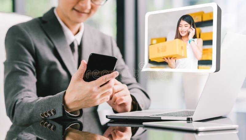 CEO scatola dell'uomo d'affari del prodotto di ordine dal giovane piccolo imprenditore asiatico femminile che per mezzo del telef fotografia stock libera da diritti