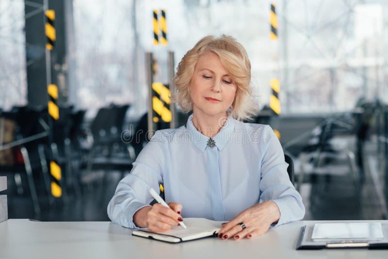 Ceo senior consultazione di pianificazione della donna di affari fotografia stock libera da diritti