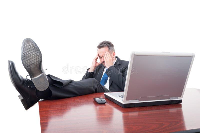 CEO soumis à une contrainte d'exécutif s'asseyant dans son bureau photo libre de droits