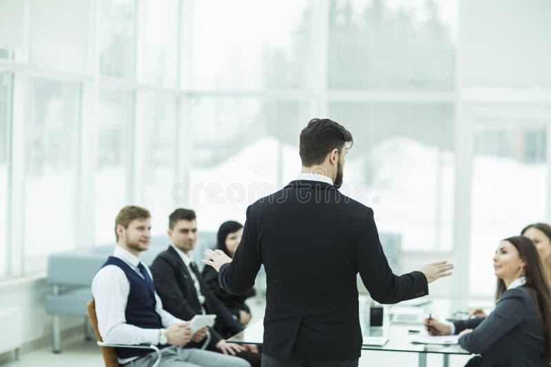 CEO spricht am Werkstattgeschäftsteam in einem modernen Büro lizenzfreie stockfotografie