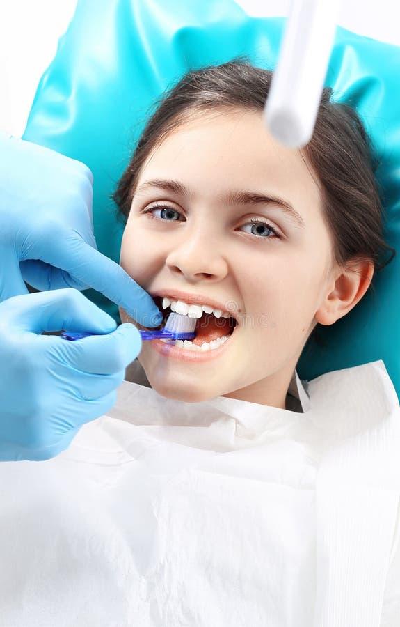 Cepillado apropiado, dentista del niño foto de archivo libre de regalías