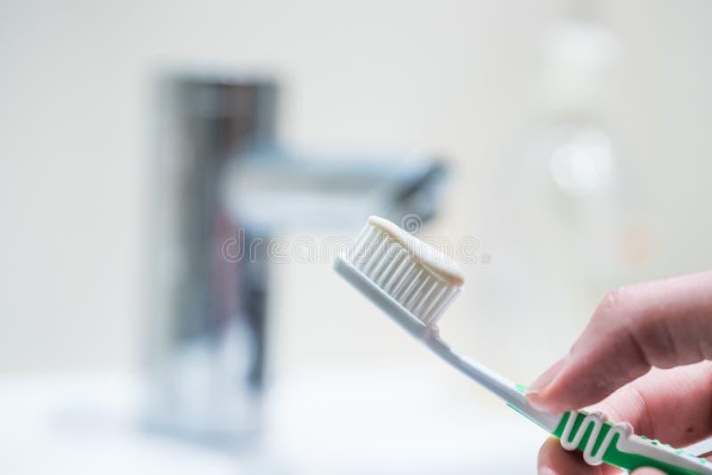 Cepillado de los dientes: Cepillo de dientes en el cuarto de ba?o imagen de archivo