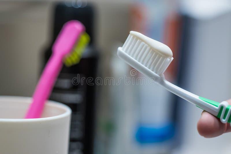 Cepillado de los dientes: Cepillo de dientes en el cuarto de ba?o imagen de archivo libre de regalías