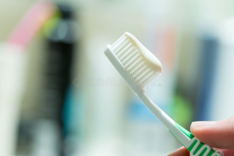 Cepillado de los dientes: Cepillo de dientes en el cuarto de ba?o fotografía de archivo libre de regalías