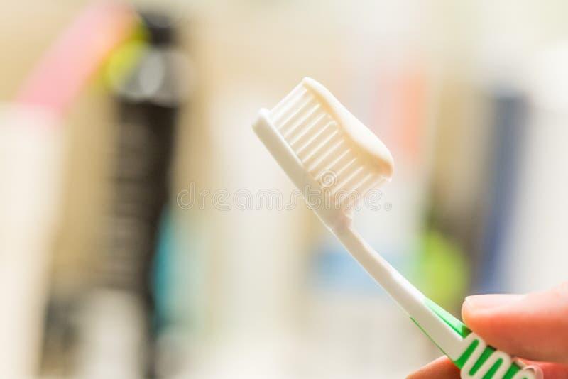 Cepillado de los dientes: Cepillo de dientes en el cuarto de ba?o foto de archivo