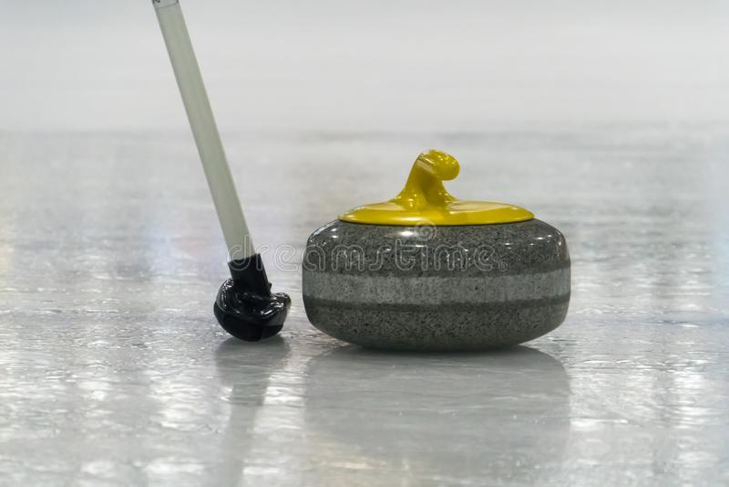 Cepille y amarillee la piedra que se encrespa en el hielo imágenes de archivo libres de regalías