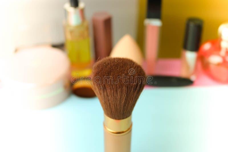 Cepillo apacible de la pelusa natural para aplicar el polvo en el fondo de una tabla cosmética para el maquillaje para la direcci foto de archivo