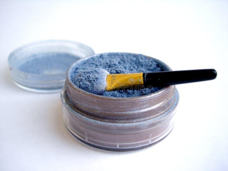 Cepillo azul del sombreador de ojos y del aplicador aislado fotos de archivo libres de regalías