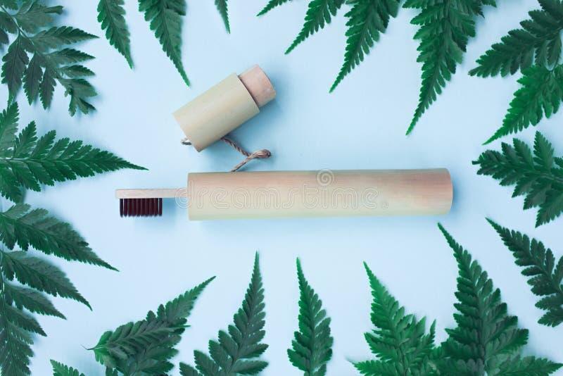 Cepillo de dientes de bambú de Eco en la cubierta de bambú fotos de archivo