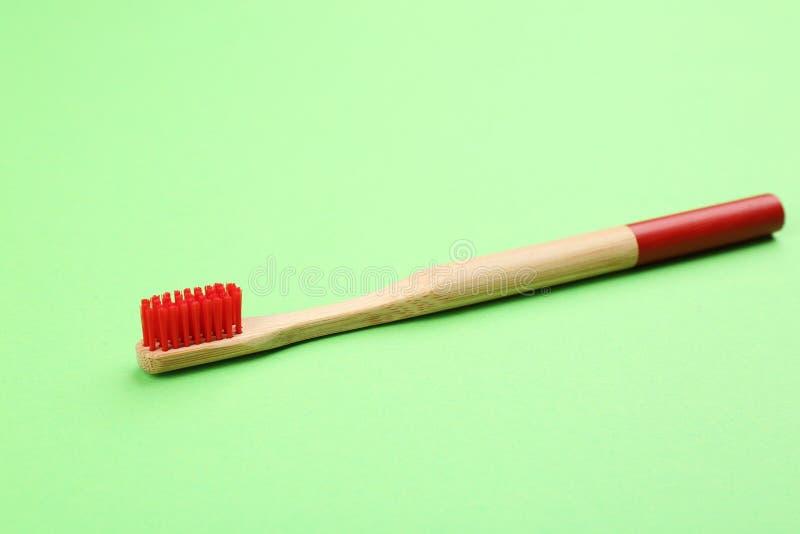cepillo de dientes de bambú natural con suaves cerdas sobre el fondo imagen de archivo libre de regalías