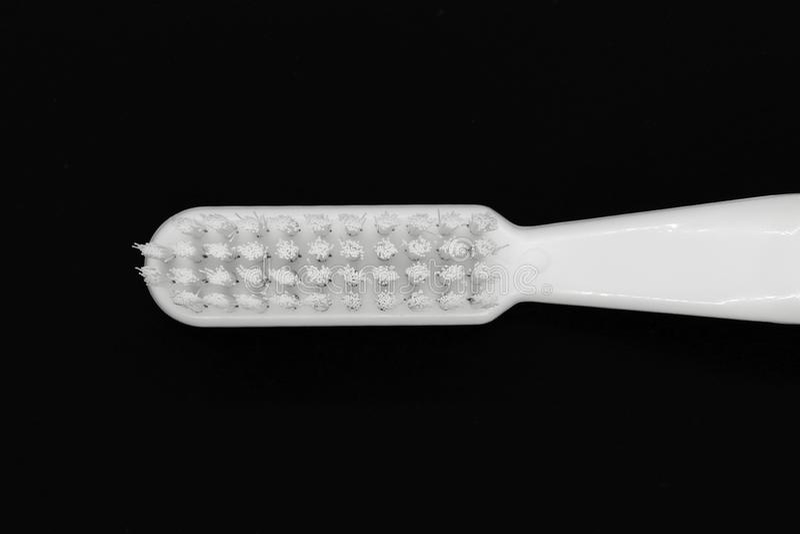 Cepillo de dientes blanco aislado en fondo negro fotografía de archivo libre de regalías
