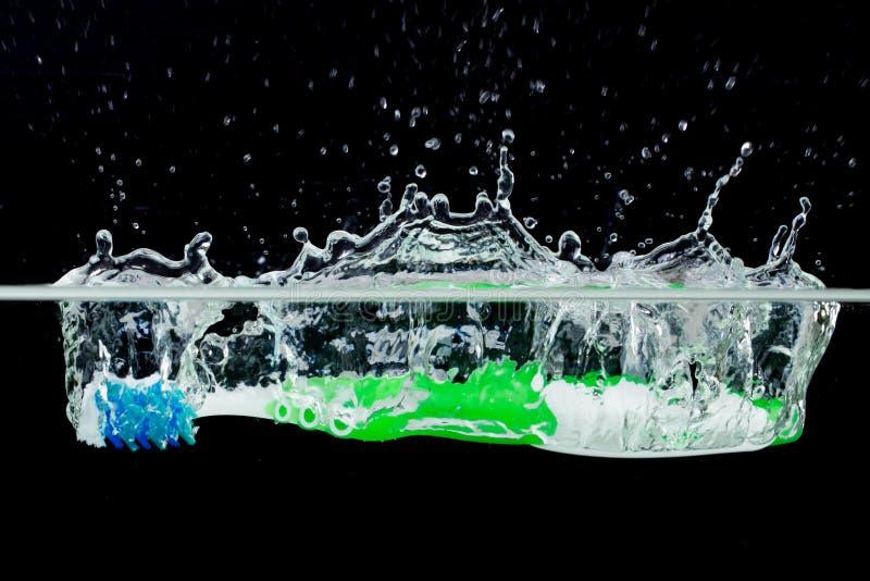 Cepillo de dientes con salpicar el agua imagen de archivo libre de regalías