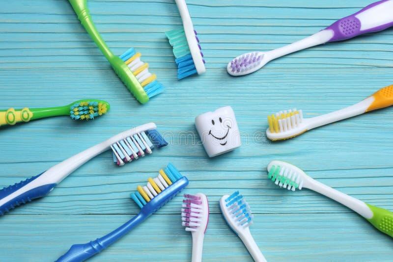 Cepillo de dientes del cepillo de dientes en la tabla de madera Visión superior fotografía de archivo libre de regalías