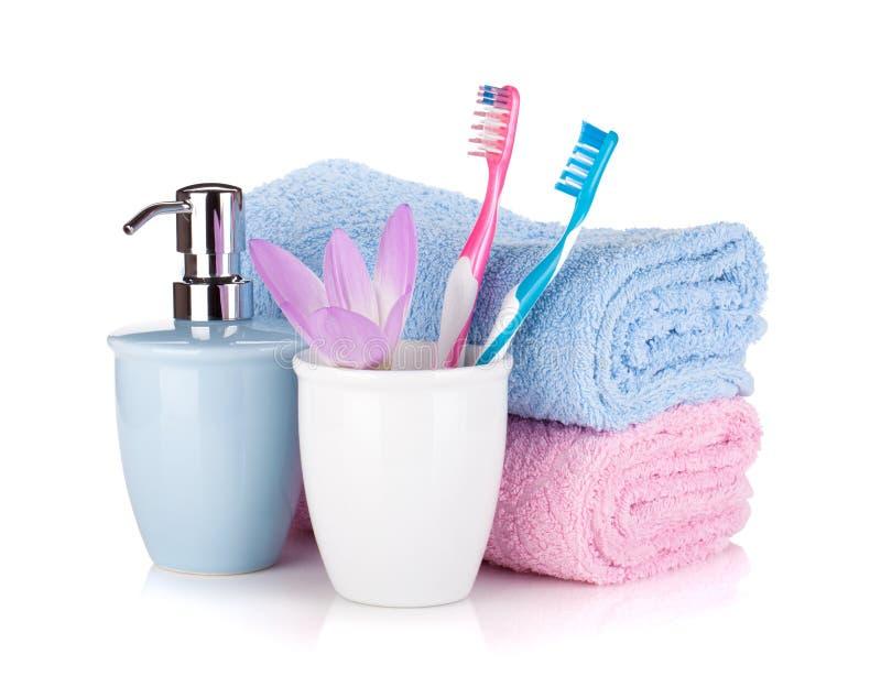 Cepillo de dientes, jabón, dos toallas y flor imagenes de archivo