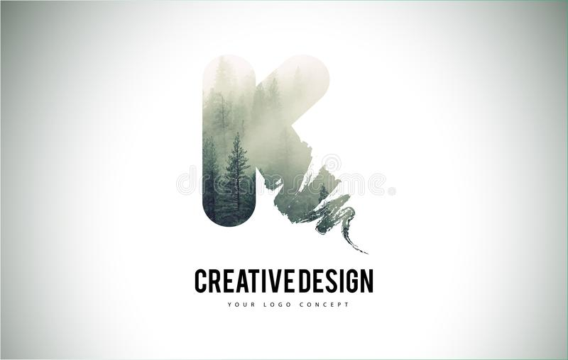 Cepillo de la letra de K con Forest Fog Texture Forest Trees Letter Logo ilustración del vector