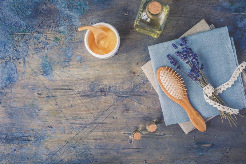 Cepillo de madera y peine, máscara del cuero cabelludo y del masaje del pelo con lavanda natural en el fondo rústico foto de archivo libre de regalías