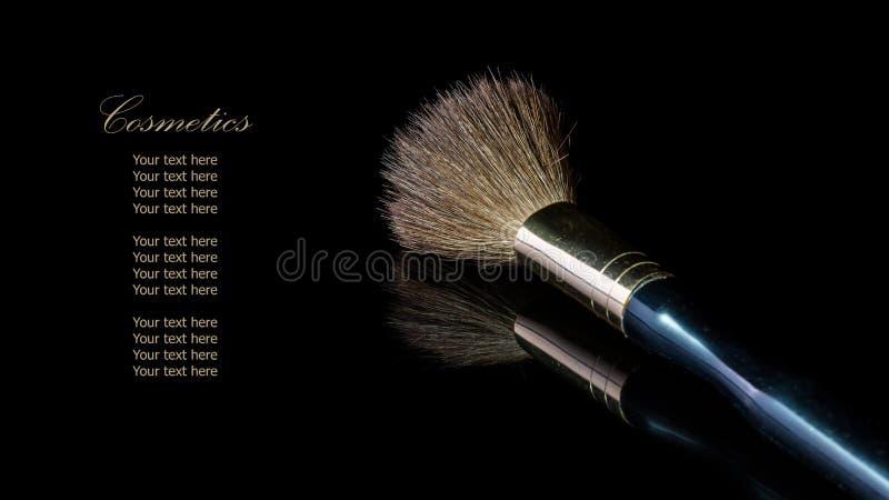 Cepillo del maquillaje en el cosmético profesional aislado en backgrou negro imágenes de archivo libres de regalías