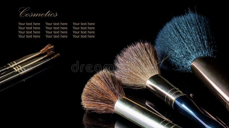 Cepillo del maquillaje en el cosmético profesional en backgrou negro imagenes de archivo