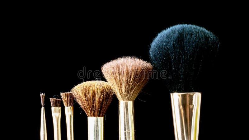 Cepillo del maquillaje en el cosmético profesional en backgrou negro foto de archivo libre de regalías