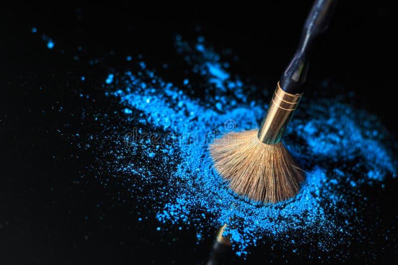 Cepillo del maquillaje en el cosmético profesional en fondo con colorfu fotografía de archivo