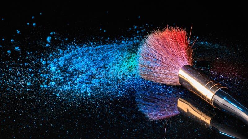 Cepillo del maquillaje en el cosmético profesional en fondo con colorfu imagenes de archivo
