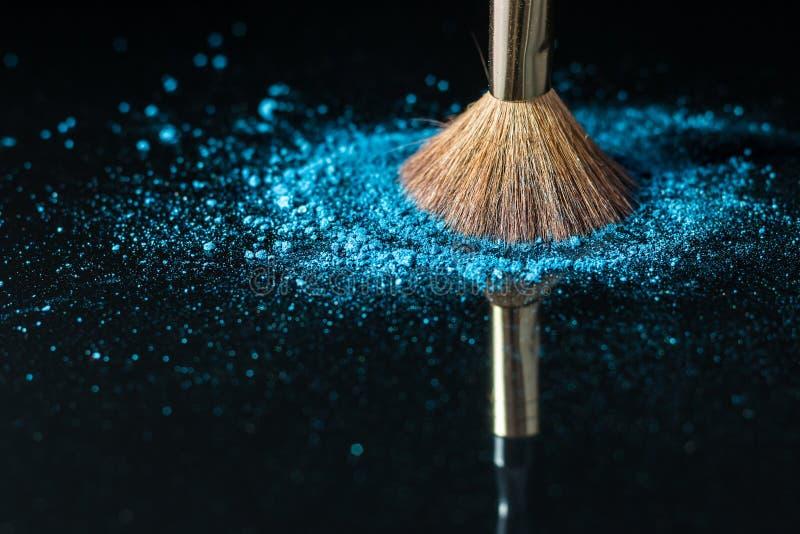 Cepillo del maquillaje en el cosmético profesional en fondo con colorfu fotos de archivo libres de regalías