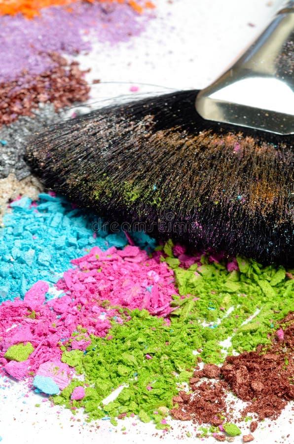 Cepillo del maquillaje en ojo machacado colorido fotos de archivo