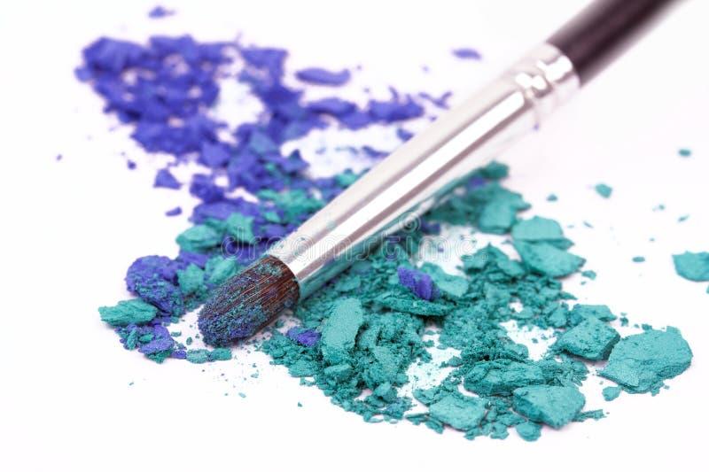 Cepillo del maquillaje en sombras de ojo machacadas imágenes de archivo libres de regalías