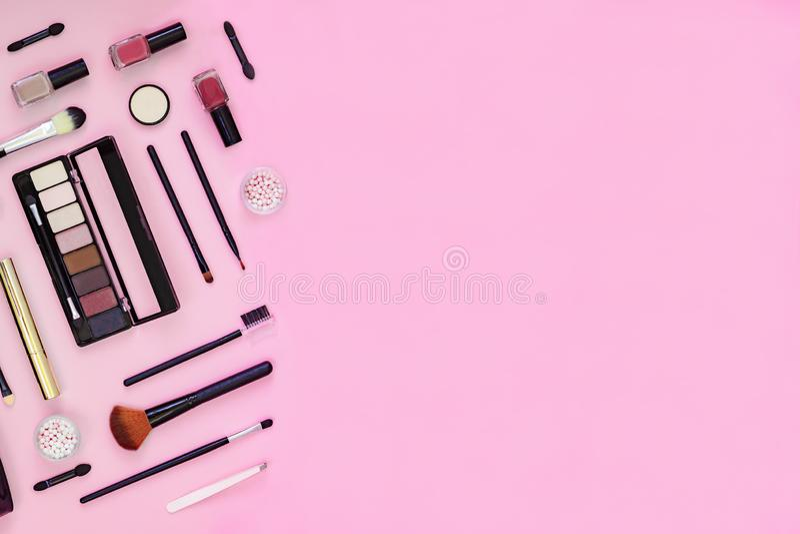 Cepillo del maquillaje y cosméticos decorativos en fondo rosado con el espacio vacío imágenes de archivo libres de regalías