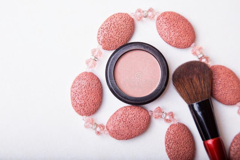 Cepillo del maquillaje y polvo del cosmético en el fondo blanco imagen de archivo libre de regalías