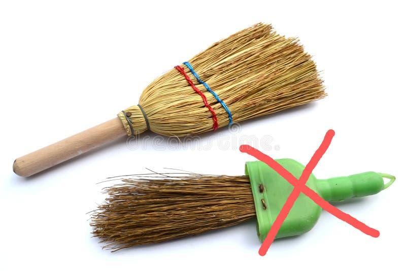 Cepillo ecológico de la mano con la escoba plástica foto de archivo libre de regalías
