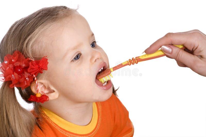 Cepillo limpio del niño sus dientes. imagenes de archivo