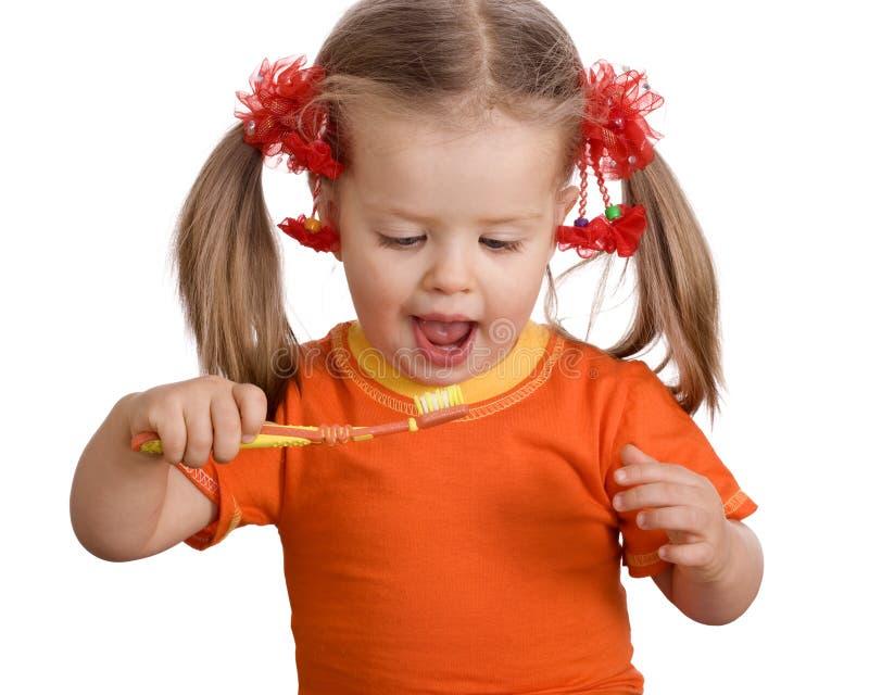 Cepillo limpio del niño sus dientes. foto de archivo