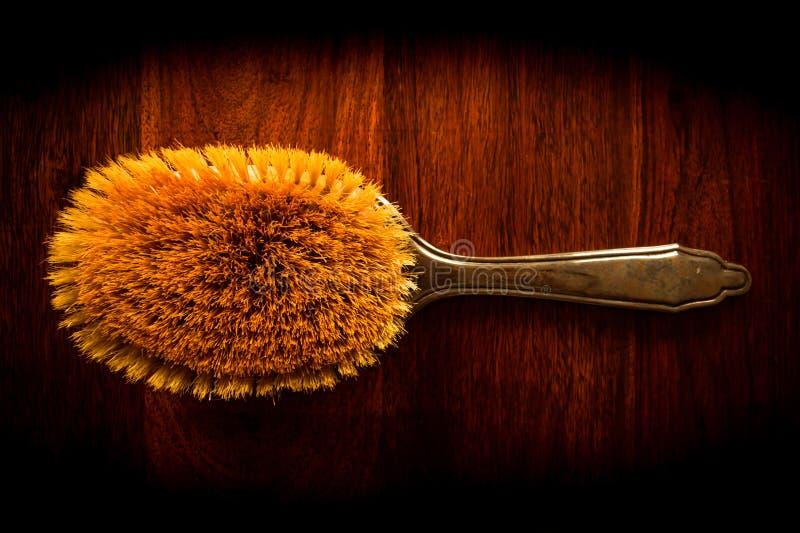 Cepillo para el pelo en la madera fotos de archivo