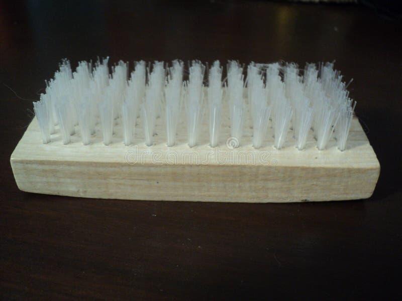 cepillo plástico blanco con la manija de madera fotografía de archivo