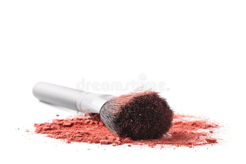 Cepillo profesional del maquillaje en el sombreador de ojos machacado fotografía de archivo